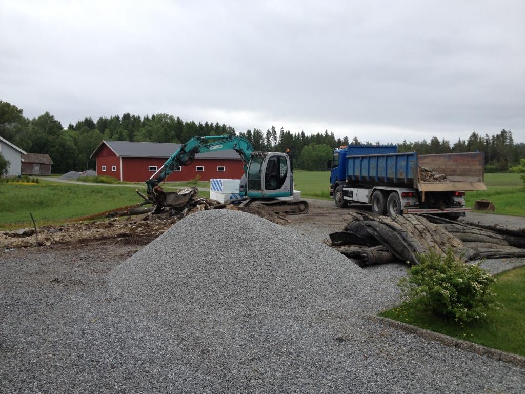 Riving av bygg, Rive hus eller uthus, Garasje, Graving, Planering, Bygge grunnmur. leie av konteiner